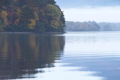 早朝の桧原湖と紅葉