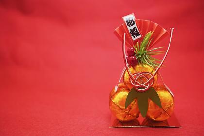 赤バックに正月飾りの金色の俵