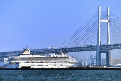 乗り物 豪華客船 ASUKAⅡとベイブリッジ
