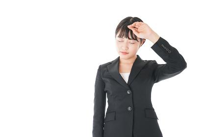 頭痛に苦しむ若いビジネスウーマン