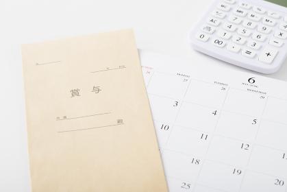 賞与袋とカレンダーと電卓
