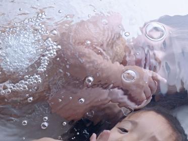 水中で戯れる姉弟