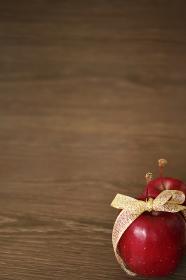 金色のリボンで飾った姫リンゴ 7 縦位置