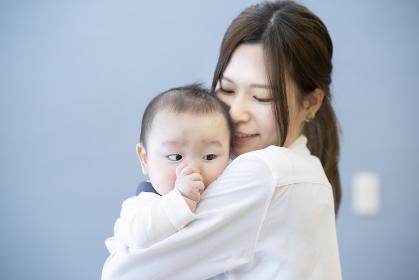 赤ちゃんを抱っこするお母さん