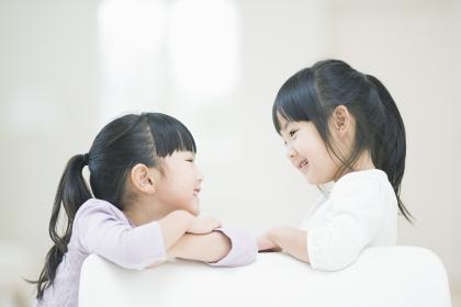 見つめ合って笑う2人の女の子