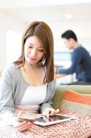 ネットショッピングの決済をする妻(自宅・リビング・ライフスタイル)