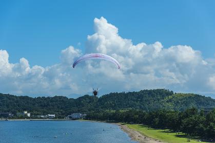 びわ湖上空を飛ぶモーターパラグライダー