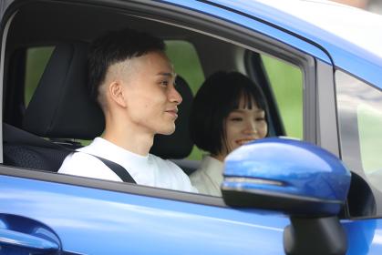 ドライブするカップル