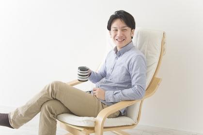 椅子でくつろぐ男性