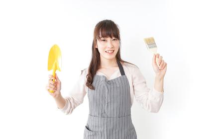 DIYをする若い女性