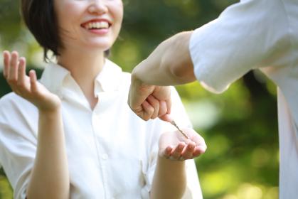 笑顔で鍵を受け取る女性
