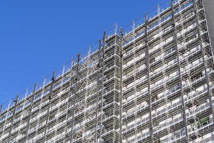 大規模修繕工事中の足場を組んだマンション