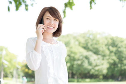 電話をする女性 屋外