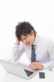 ビジネスマン パソコン 悩む