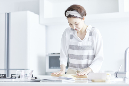めん棒でパン生地を伸ばす日本人女性