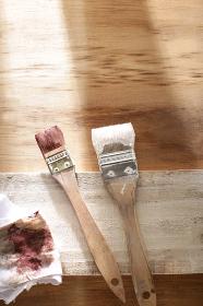 木工の塗装と筆のDIYイメージ