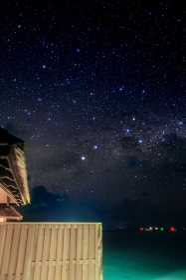 モルディヴ・南国のリゾートで眺める星空(縦アングル)