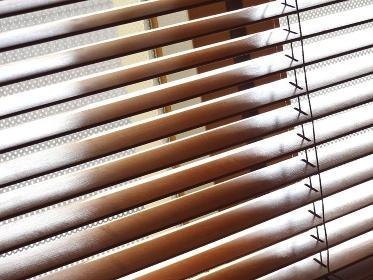 室内の木製のブラインド