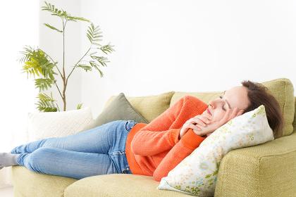 家で仮眠を取る女性