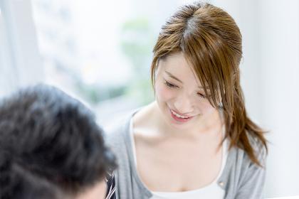 会話する若い夫婦
