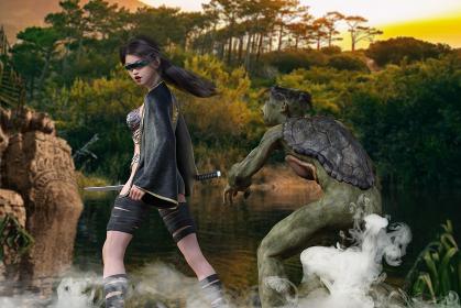 日が沈む黄昏時に未来から来た女侍の背後を河童の妖怪が命を狙う