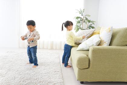 二人で遊ぶ女の子と男の子