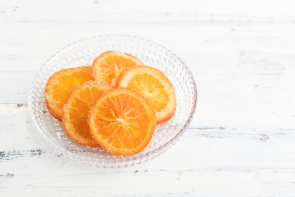 ナチュラルな背景で撮影されたドライオレンジ