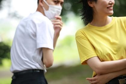 マスクを着けていない女性を嫌がる男性