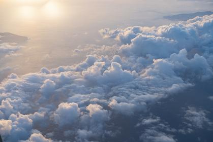 旅客機から見えた海と雲の景色