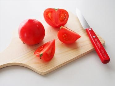 カッティングボードでトマトを調理