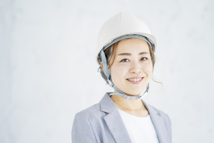 ヘルメットをかぶったスーツ姿の女性