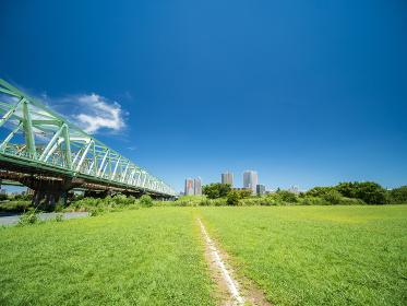 夏の青空と河川敷の野球場 8月