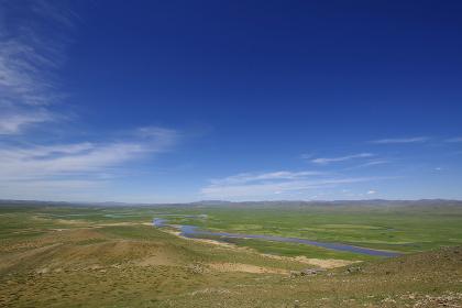 モンゴルの大平原を流れる川