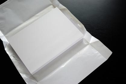 包装紙を開いたコピー用紙
