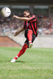 シュートするサッカー選手