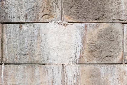 擁壁のコンクリートブロックの目地から染み出したエフロレッセンス