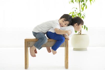 イスに座ってはしゃぐ子ども