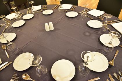 ホテル宴会場の円卓、配膳前