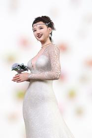純白のウエディングドレスを着てブーケを持つ花嫁