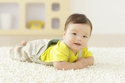 リビングで笑顔の赤ちゃん