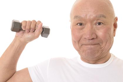 ダンベルで筋トレをする日本人シニア