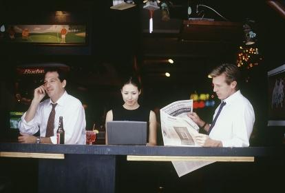 バーで飲む会社員