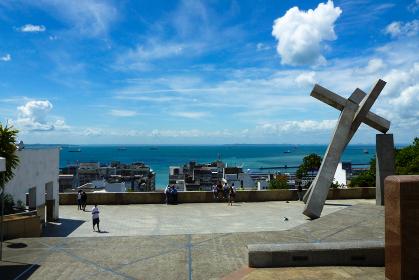ブラジル・サルバドールにてクルーズカイーダの十字架モニュメントと海の眺め