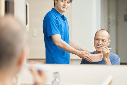 高齢者の口腔ケアをする介護士
