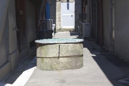 都会の下町の路地の真ん中にある井戸