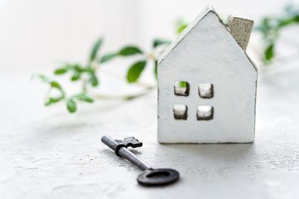 古い鍵とミニチュアの家