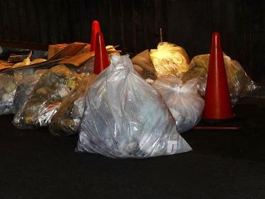 深夜に道路に出された飲食店の生ゴミ