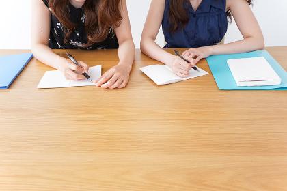 勉強する2人の女性