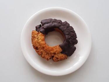 チョコレートをかけたオールドファッションドーナツ