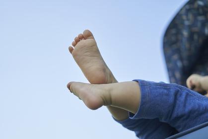 ベビーカーに乗るかわいい日本人の赤ちゃんの足